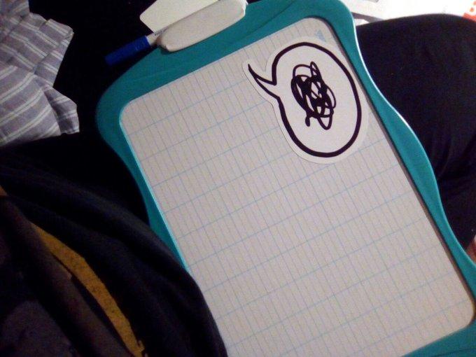photo d'une ardoise avec un autocollant représentant une bulle qui dit un gribouillis